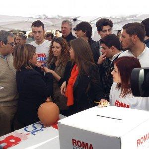 """Ai gazebo di Forza Italia """"referendum"""" su Bertolaso. Berlusconi: """"A Roma la Lega all'1,4%"""""""