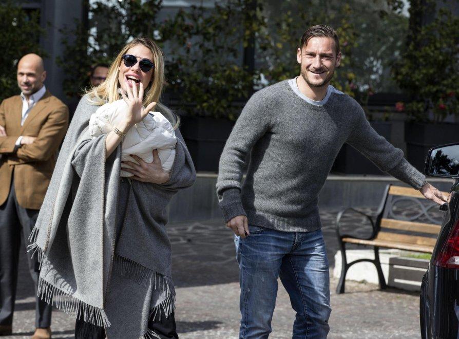 Roma, Totti e Ilary  escono dalla clinica con la piccola Isabel