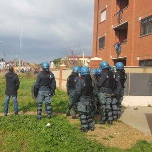 Roma, sfratto alla Borghesiana: inquilini barricati in casa per ora