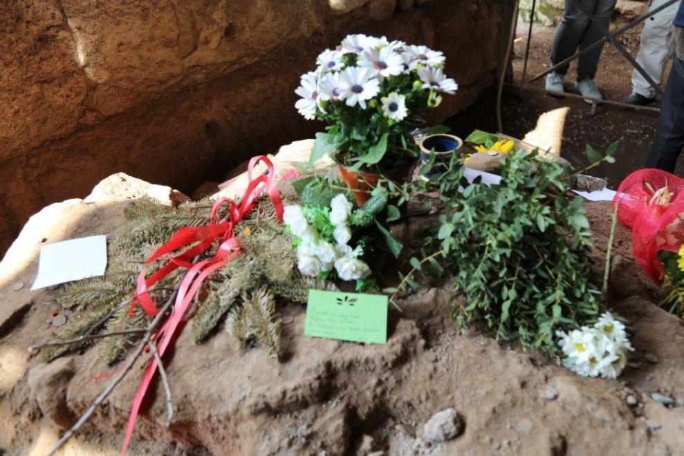 Roma, ai Fori biglietti e fiori sul tumulo di Giulio Cesare