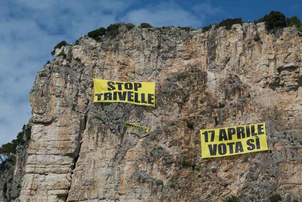 """Greenpeace in azione su 'Montagna spaccata' a Gaeta: """"Stop trivelle, il 17 aprile vota sì"""""""