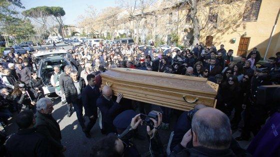 """Roma, i funerali di Varani. Gli amici: """"Ora giustizia"""". Il parroco: """"Signore perché non li hai fermati?"""""""
