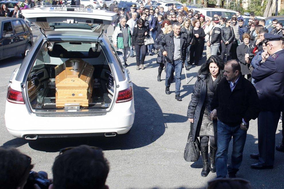 Rabbia e lacrime ai funerali di Luca Varani a Roma