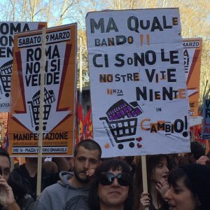"""'Roma non si vende', scendono in piazza i movimenti. Gli organizzatori: """"Siamo in 20mila"""""""