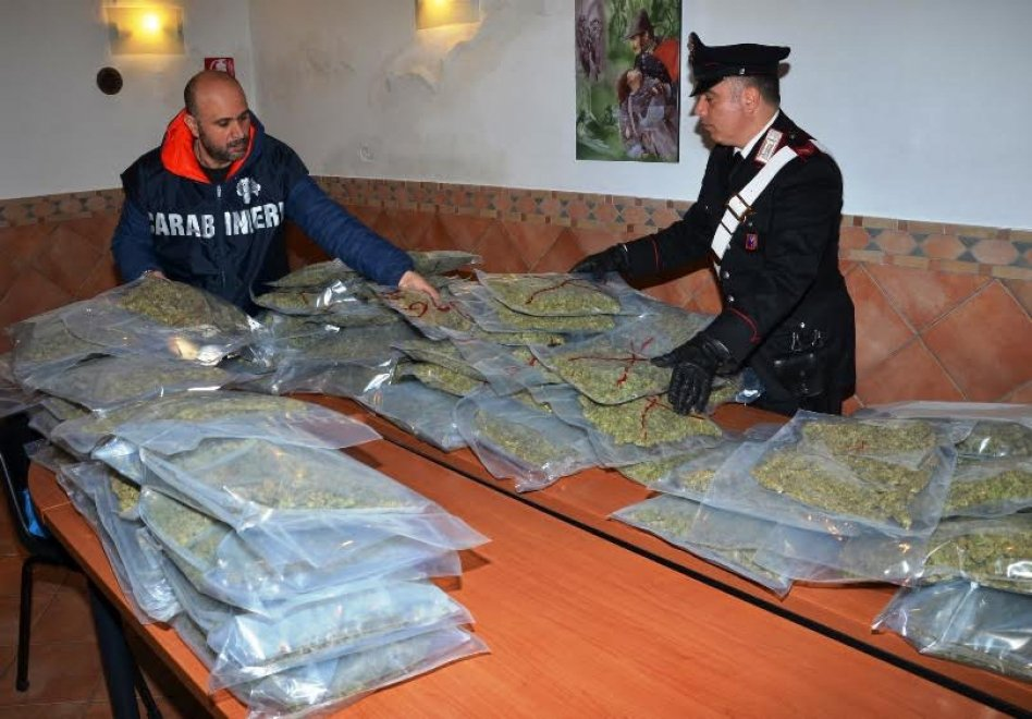 Roma il maxi sequestro di droga 53 chili di marijuana for Interno 5 b b roma
