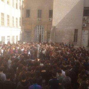 Roma, perquisizioni al liceo Virgilio: uno studente arrestato per spaccio. Assemblea e corteo di protesta
