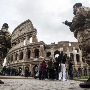 Roma, stasera la Via Crucis: Colosseo e San Pietro sorvegliati speciali