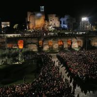 Roma, Papa Francesco al Colosseo per la Via Crucis