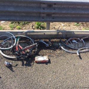 Roma, auto pirata travolge gruppo di tre ciclisti sull'Aurelia: un morto. Si costituisce donna alla guida