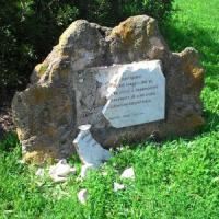 Ostia, danneggiato monumento dedicato