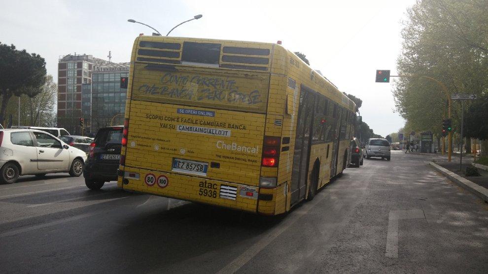 Roma, il bus sbilenco sulla Colombo