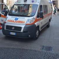 Roma,  auto contro scooter sulla Colombo: tre feriti. Ostiense: donna si schianta contro pilone e muore