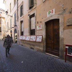 """Roma, Tar dà ok a sgombero circolo storico  Pd di via dei Giubbonari. Militanti: """"Noi non ci muoviamo"""""""