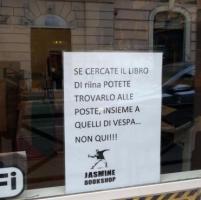 Roma, il cartello nella libreria a San Lorenzo: