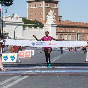 Roma, la domenica a piedi incontra la maratona. Vince Kipruto, Alex Zanardi da record