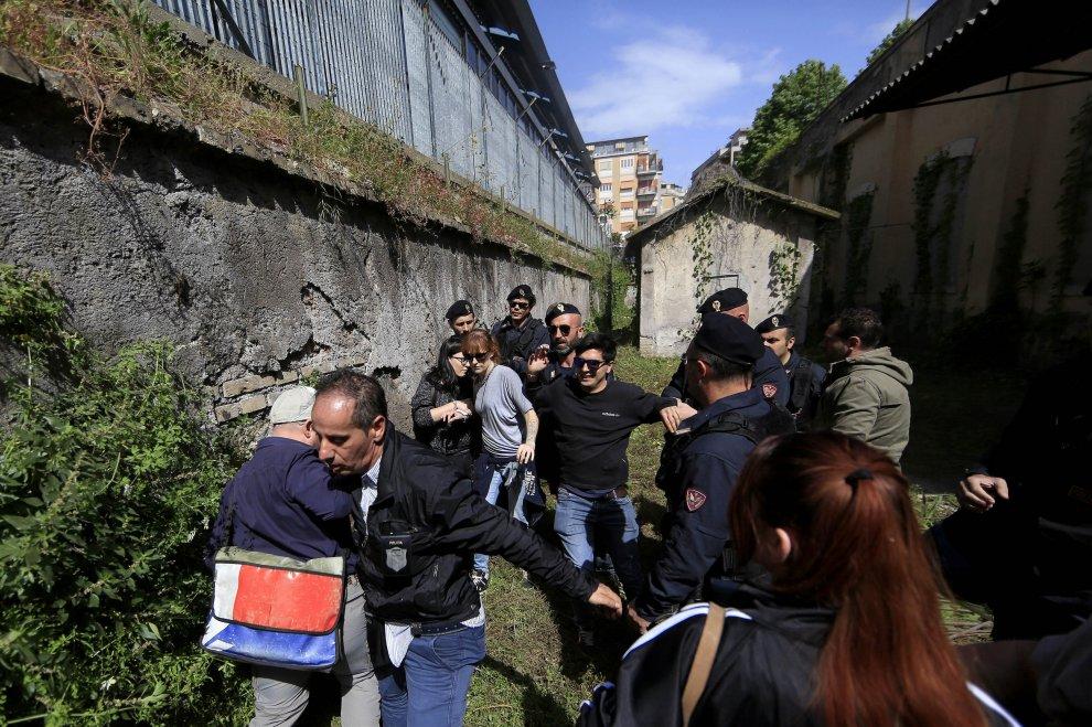 Baobab, attivisti occupano fabbricato a Roma, la polizia li sgombera