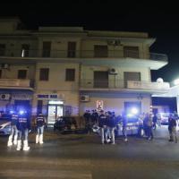 Roma, donna uccisa da colpi di pistola in un bar a Lunghezza. Fermato il marito