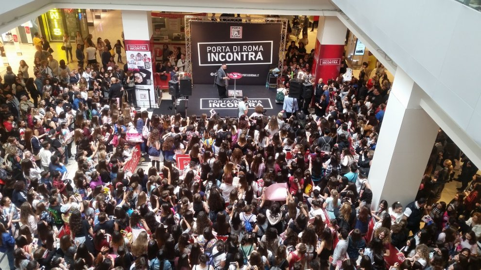 Roma, al centro commerciale folla di ragazzi per la youtuber Greta Menchi -  Roma - la Repubblica
