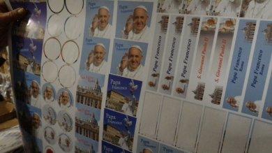 Santini e quadretti del Papa abusivi  340 mila souvenir sequestrati a Borgo Pio