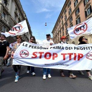 """Roma, in migliaia al corteo contro il Ttip: """"Avete toccato il fondo"""""""
