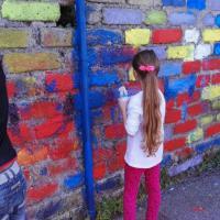 Roma, in via Soriso genitori e figli colorano i muri della scuola