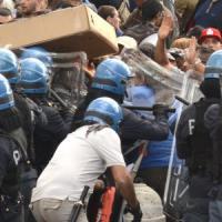 Roma, cariche e idranti sulla protesta per la casa.