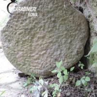 Fiumicino, le trovano una colonna romana in giardino: donna denunciata