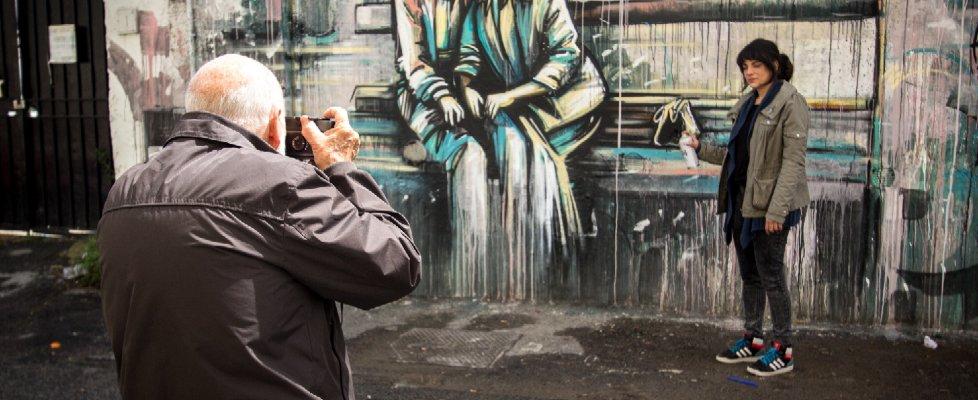Roma, il mezzo selfie di Berengo Gardin: gioco di scatti al Pigneto con la street artist Alice