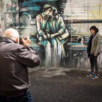 Roma, il mezzo selfie di Berengo Gardin: gioco di scatti al Pigneto con la street artist...
