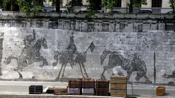 Roma, spuntano le bancarelle davanti al murale di Kentridge