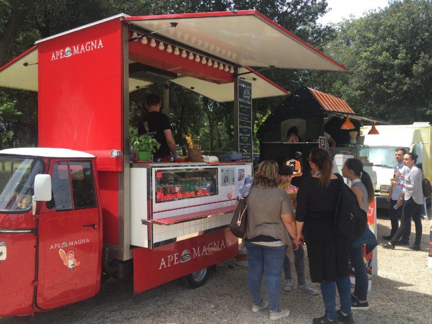 Roma, hamburger, fritti e panini di pesce: lo street food al concorso ippico di Piazza di Siena