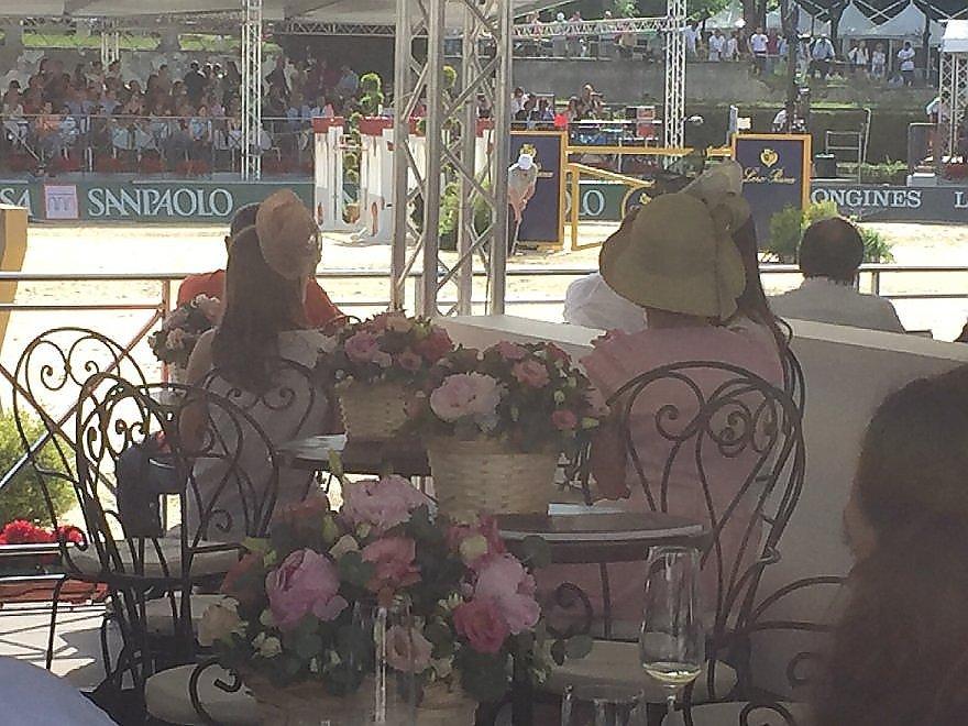 Cappelli glamour e rinfreschi nei palchi riservati di Piazza di Siena