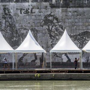 """Roma, bancarelle sul Tevere davanti a Kentridge. La proposta-farsa: """"Un finto murale sul retro degli stand"""""""