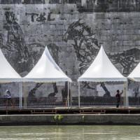 """Roma, bancarelle sul Tevere davanti a Kentridge. La proposta-farsa: """"Un finto murale sul..."""