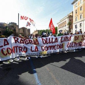 Roma, da Porta Pia all'Esquilino il corteo blindato per il diritto alla casa