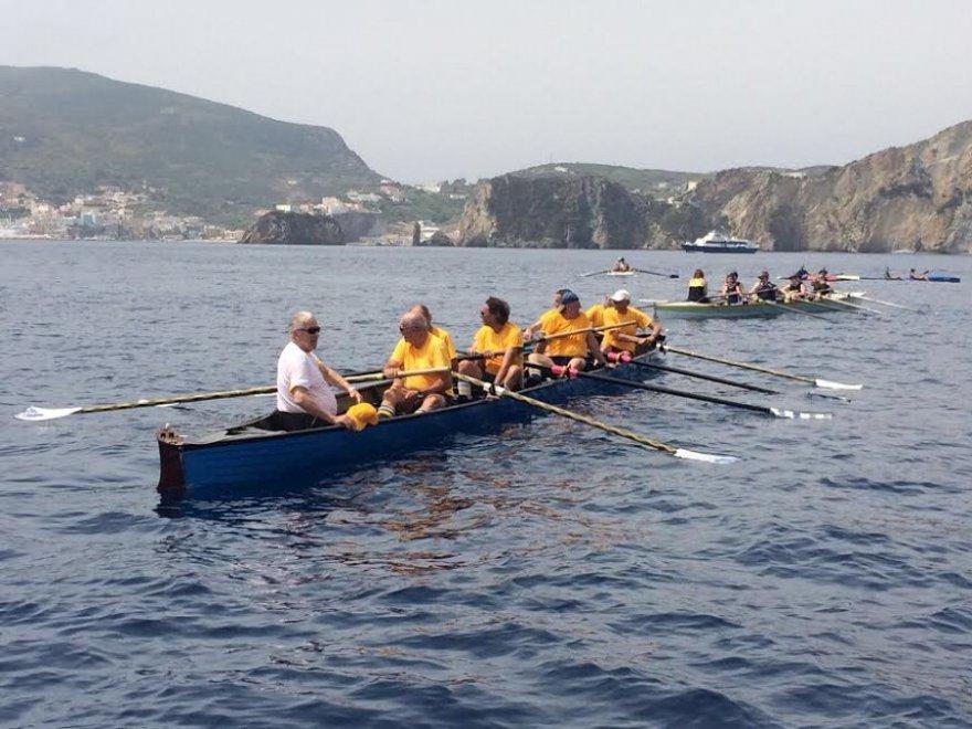 Ponza, la regata di canoe e barche da canottaggio