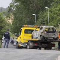 Roma, ragazza uccisa e bruciata. L'auto data alle fiamme a 200 metri. Indagato l'ex...
