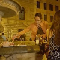 Roma, a Monti la fontana è imbandita per la cena