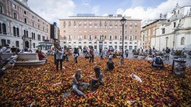 """Battaglia dei cuscini, piazza San Silvestro  si riempie di piume. """"Ora chi pulisce?""""  foto"""