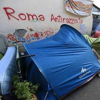 Roma, sbarchi e immigrati: un villaggio di tende al cimitero del Verano