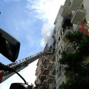 Colli Albani, incendio al quinto piano: evacuata palazzina