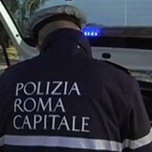 Roma, Smart si ribalta: erano in quattro, tutti feriti