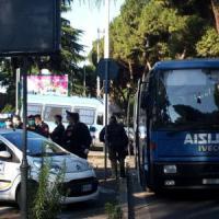 Roma, blitz della polizia alla tendopoli del Verano. Tensione e fuggi fuggi tra gli immigrati