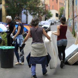 """Roma, la polizia torna in via Cupa: """"Allarme sanitario per i migranti"""""""