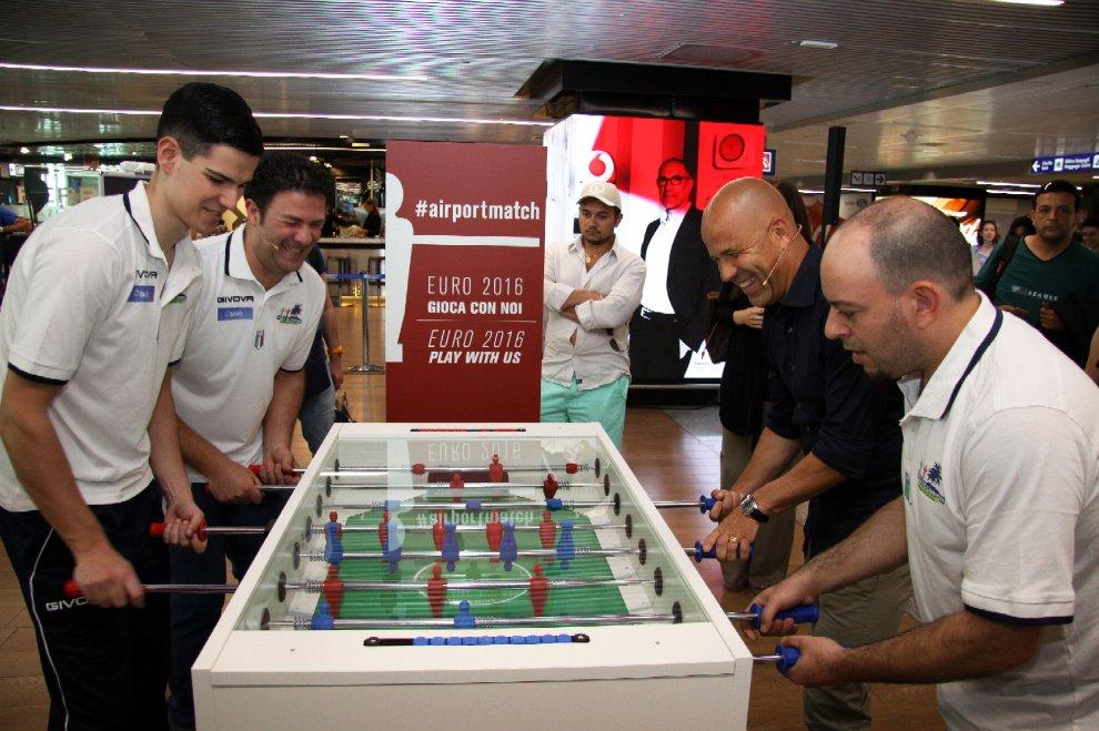 Europei, il calcio balilla all'aeroporto di Fiumicino