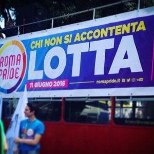 """Roma, il giorno del Pride: """"Siamo 700mila"""". Il Gay center: """"Renzi sposi la prima coppia"""""""