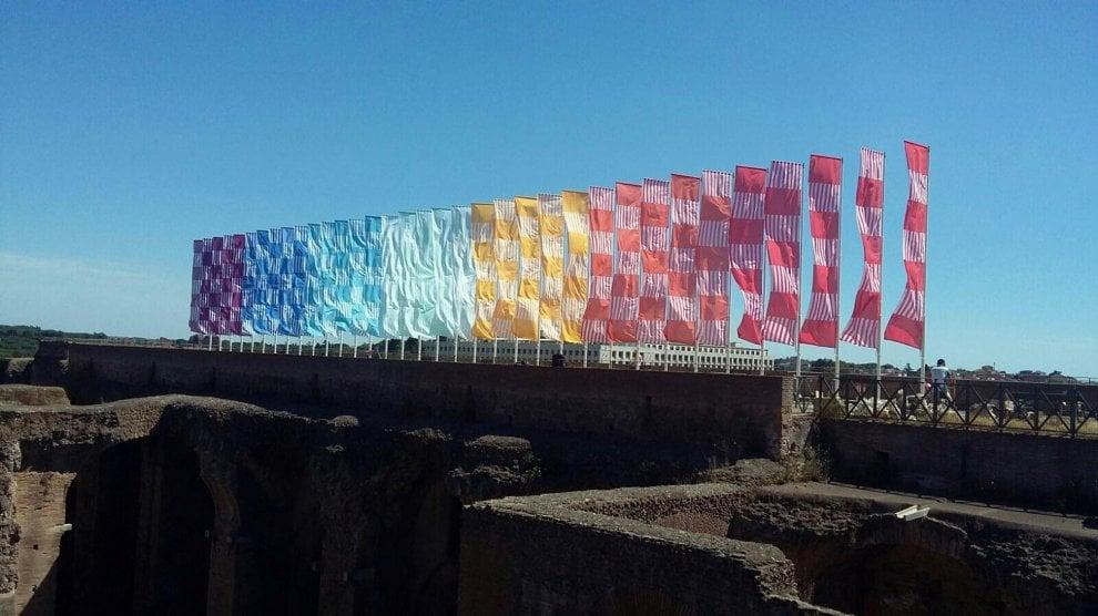 Sul Palatino sventolano gli stendardi colorati di Buren
