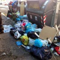 Ama, caos, rifiuti e nuovo sciopero a Roma. In sei mesi distrutti 260 cassonetti