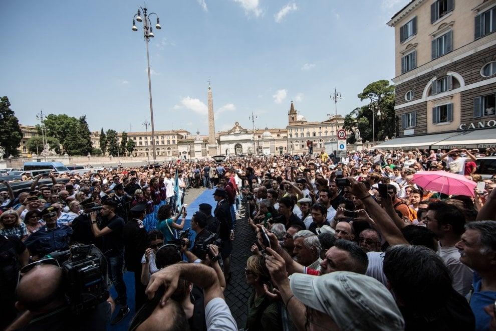 Roma, funerali Bud Spencer: centinaia in piazza del Popolo per le esequie dell'attore