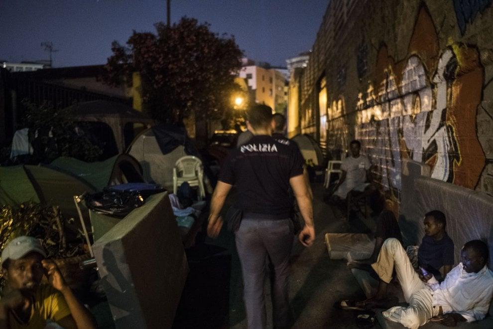 """Roma, """"Migranti per strada in condizione disumane"""", la denuncia di Medu"""